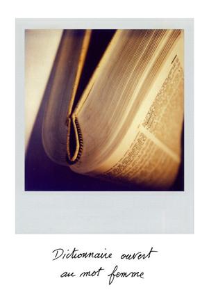 Dictionnaire ouvert au mot Femme